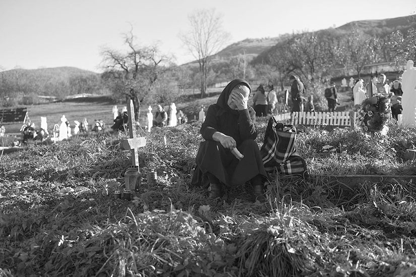 Day of the dead, a women mournes